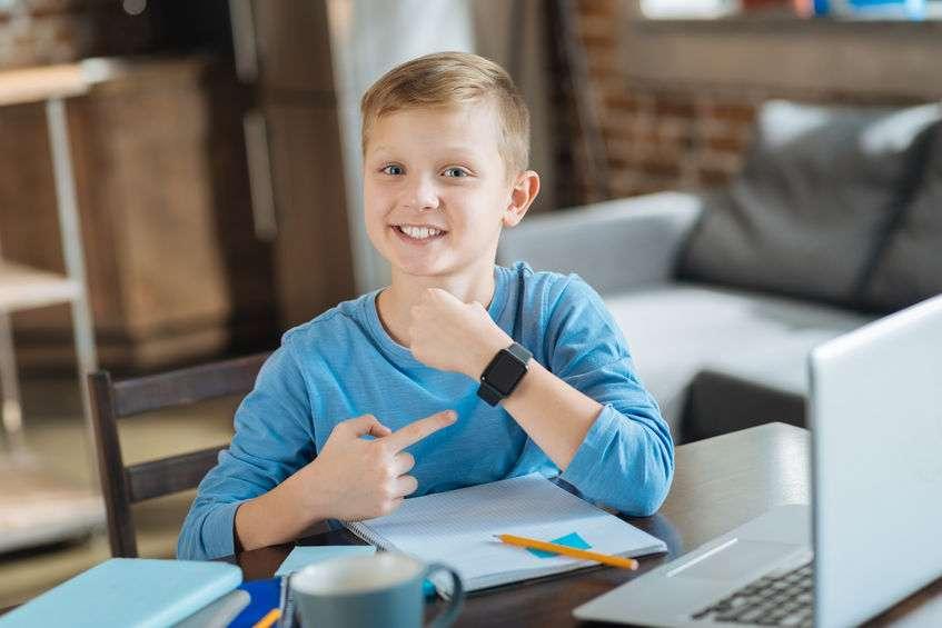 montre connectee enfant au poignet